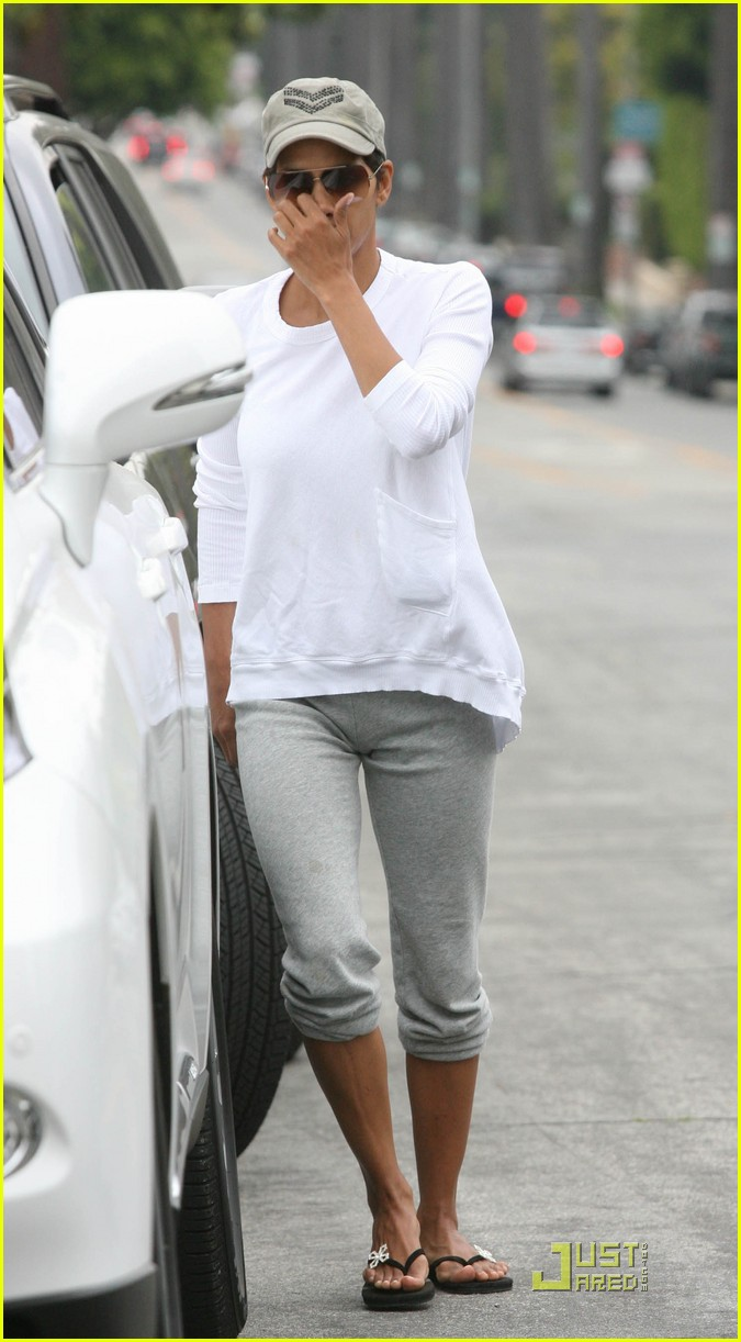 halle berry picks up nahla at school 04