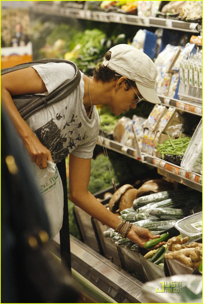 halle berry whole food shoppers 04
