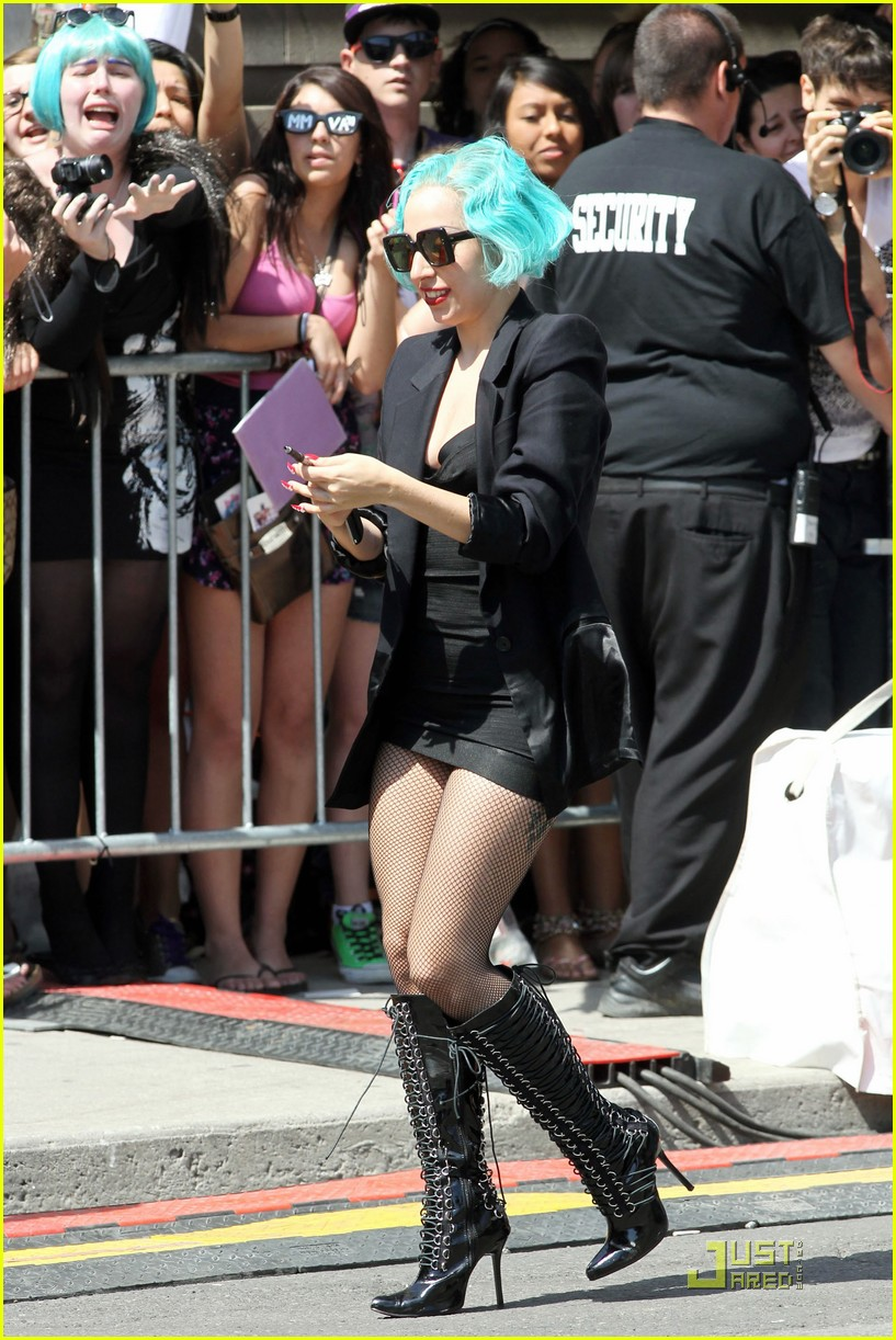 lady gaga arrives in japan 05