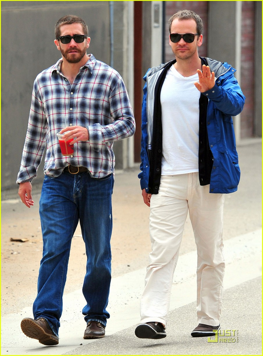 jake gyllenhaal lunches with peter sarsgaard 05