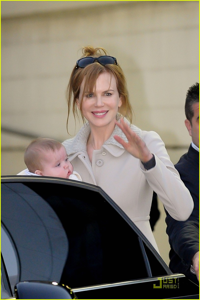 nicole kidman sydney airport with sunday and faith 03