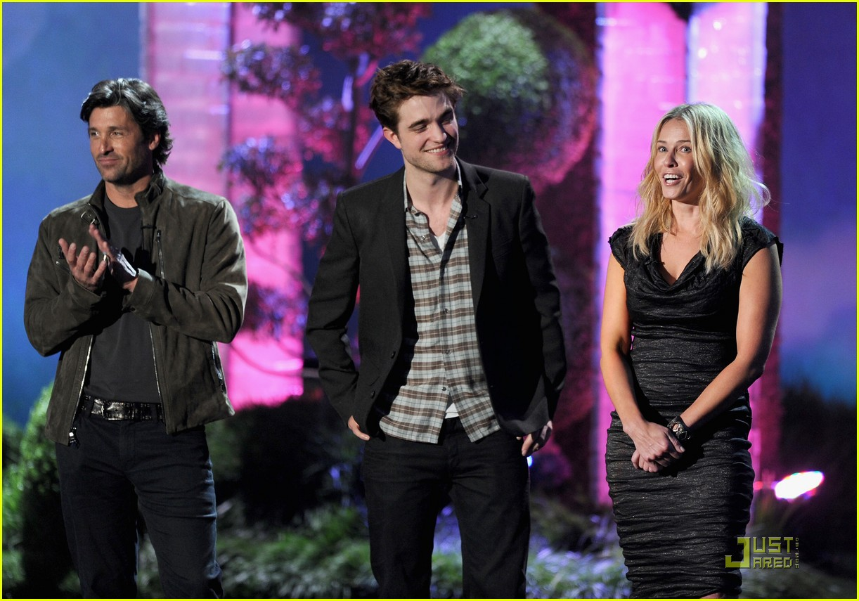 robert pattinson taylor lautner kiss movie awards 2011 09