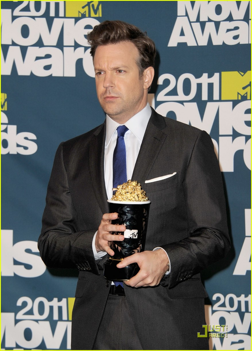jason sudeikis introduces an opening short film 05