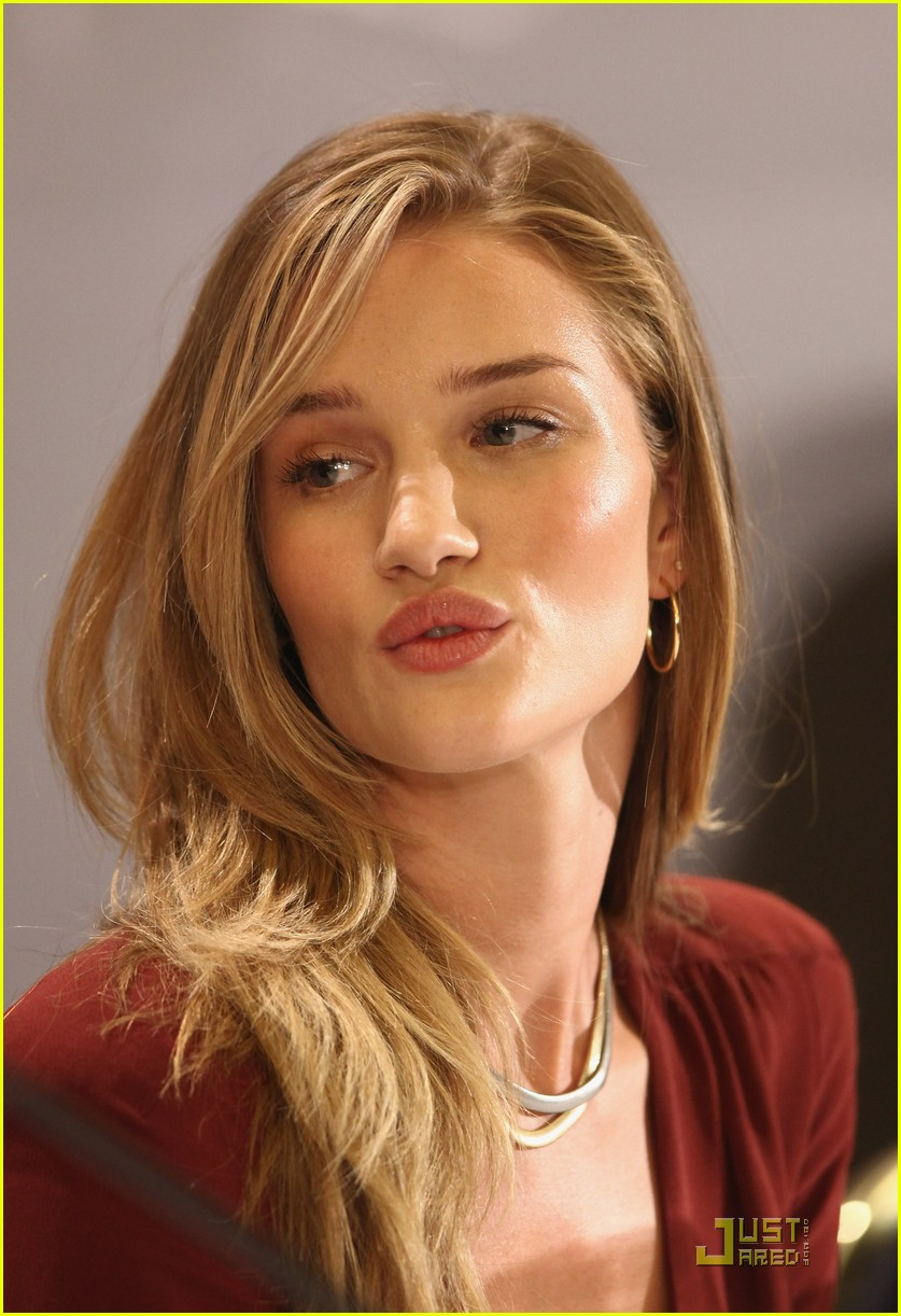 rosie huntington whiteley shia labeouf transformers berlin press conference 072555393