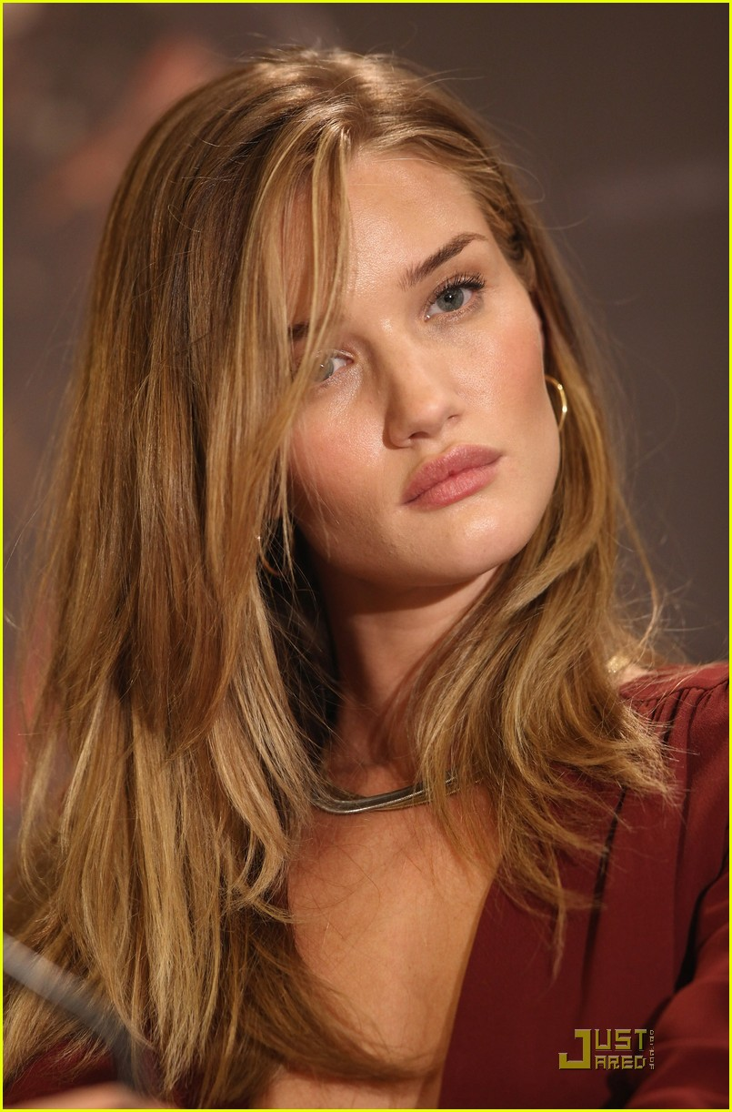 rosie huntington whiteley shia labeouf transformers berlin press conference 09