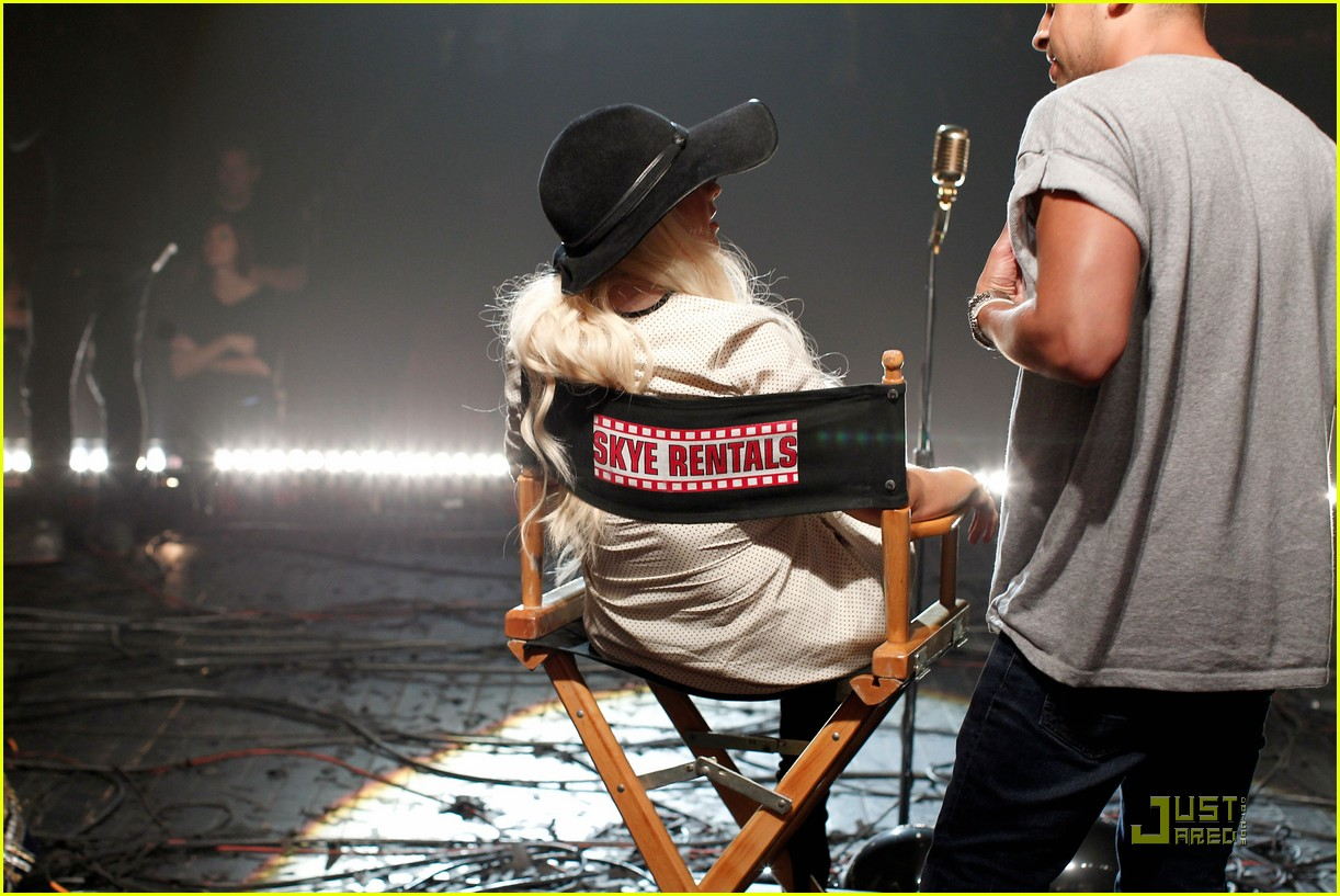 christina aguilera moves like jagger video shoot with adam levine 20