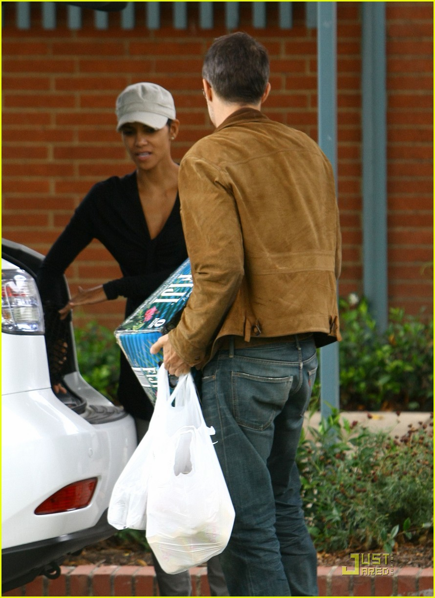 halle berry olivier martinez picnic lovers 11