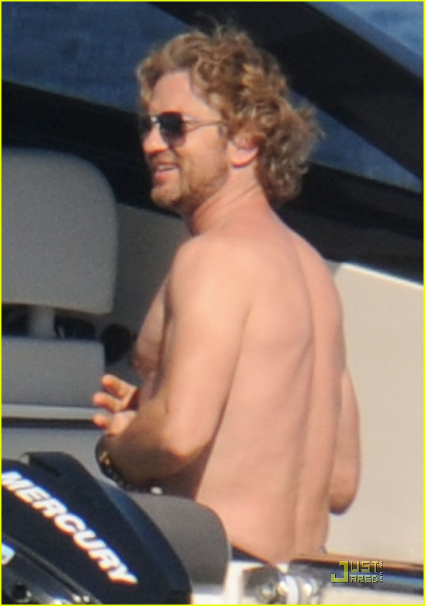 gerard butler shirtless boat ride in ischia 02