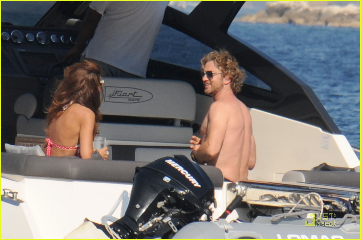 gerard butler shirtless boat ride in ischia 06