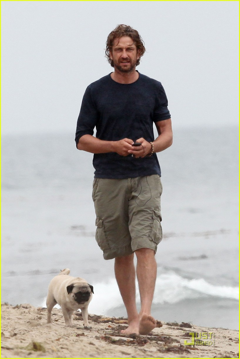 gerard butler strolls the beach with lolita 07