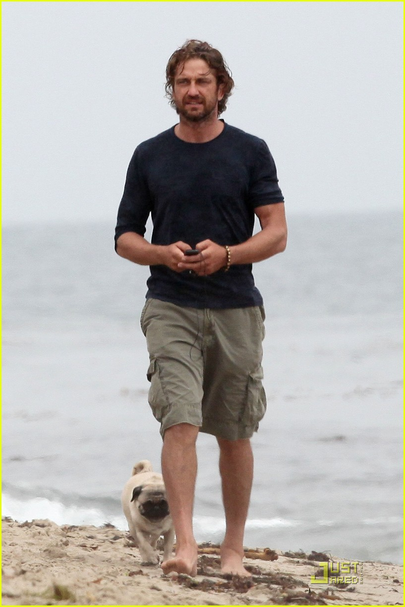 gerard butler strolls the beach with lolita 10