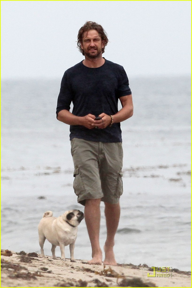 gerard butler strolls the beach with lolita 11