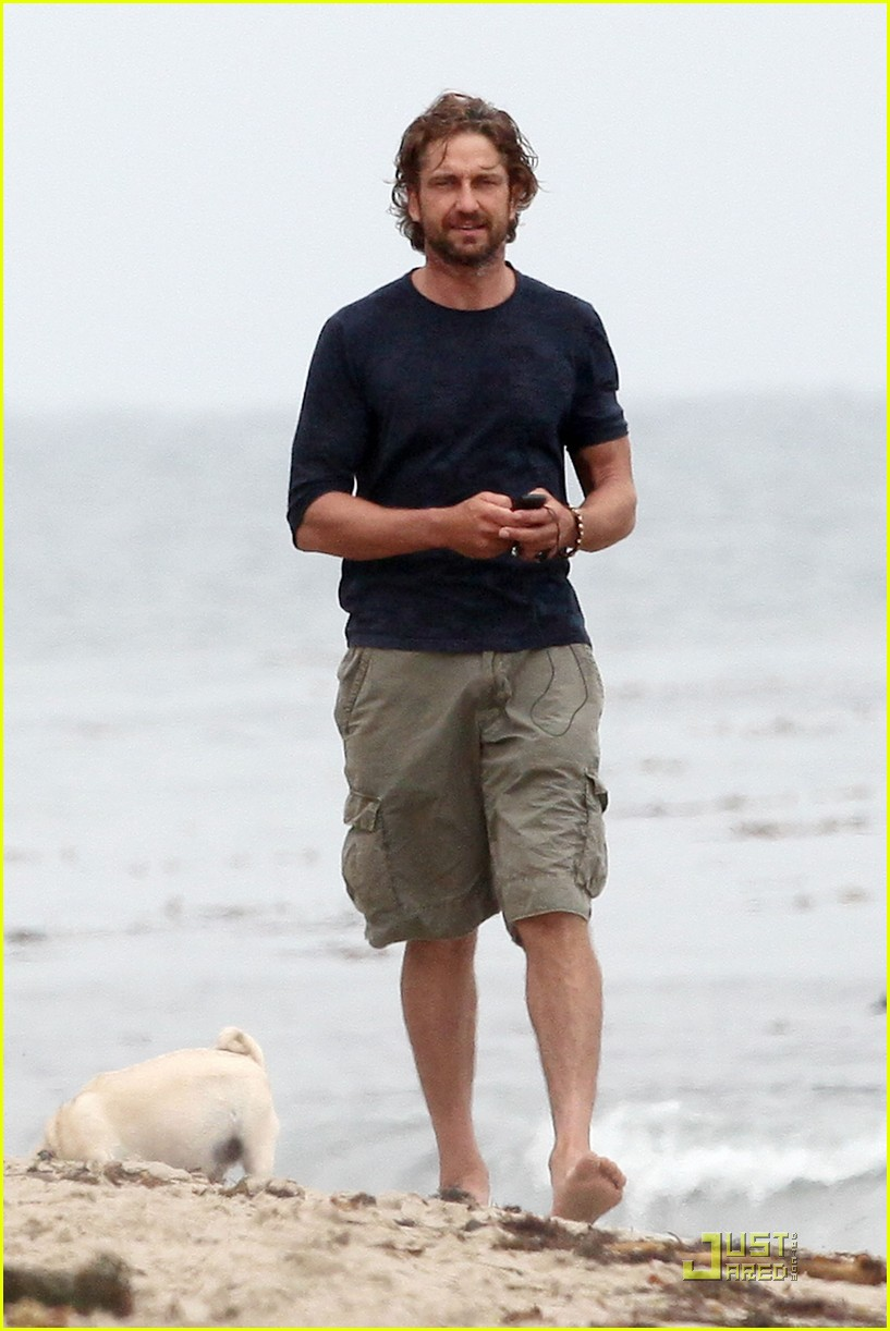 gerard butler strolls the beach with lolita 14