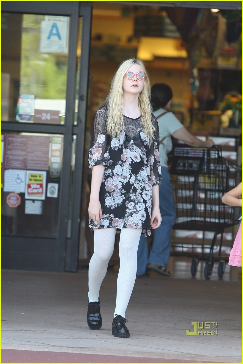 elle fanning grocery shopping 01