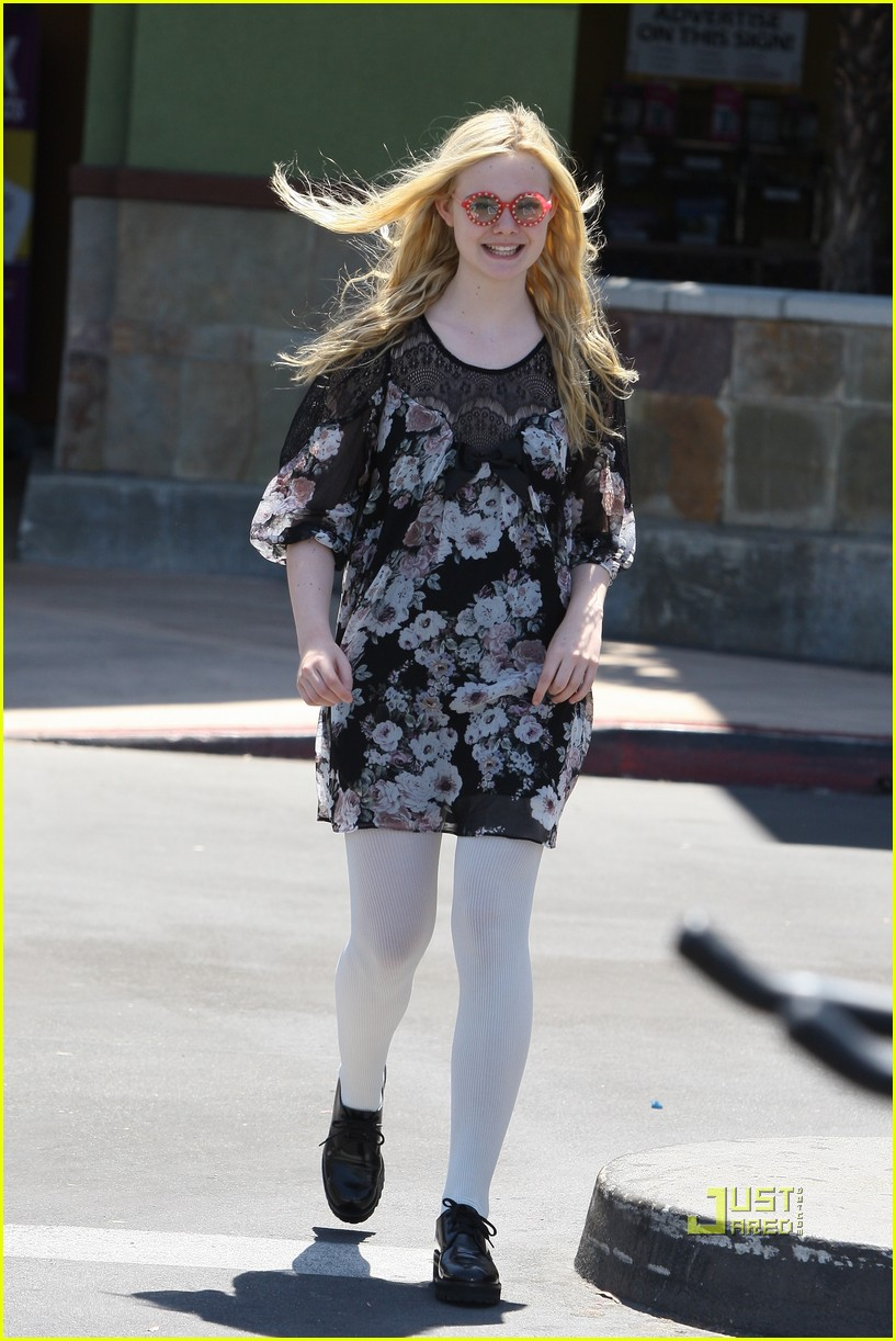 elle fanning grocery shopping 032563941