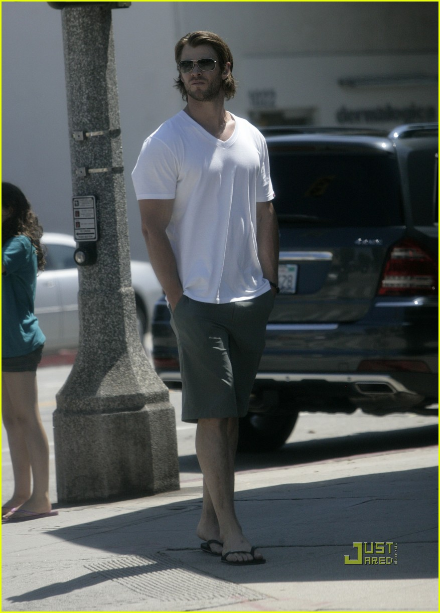 chris hemsworth elsa pataky walk 03