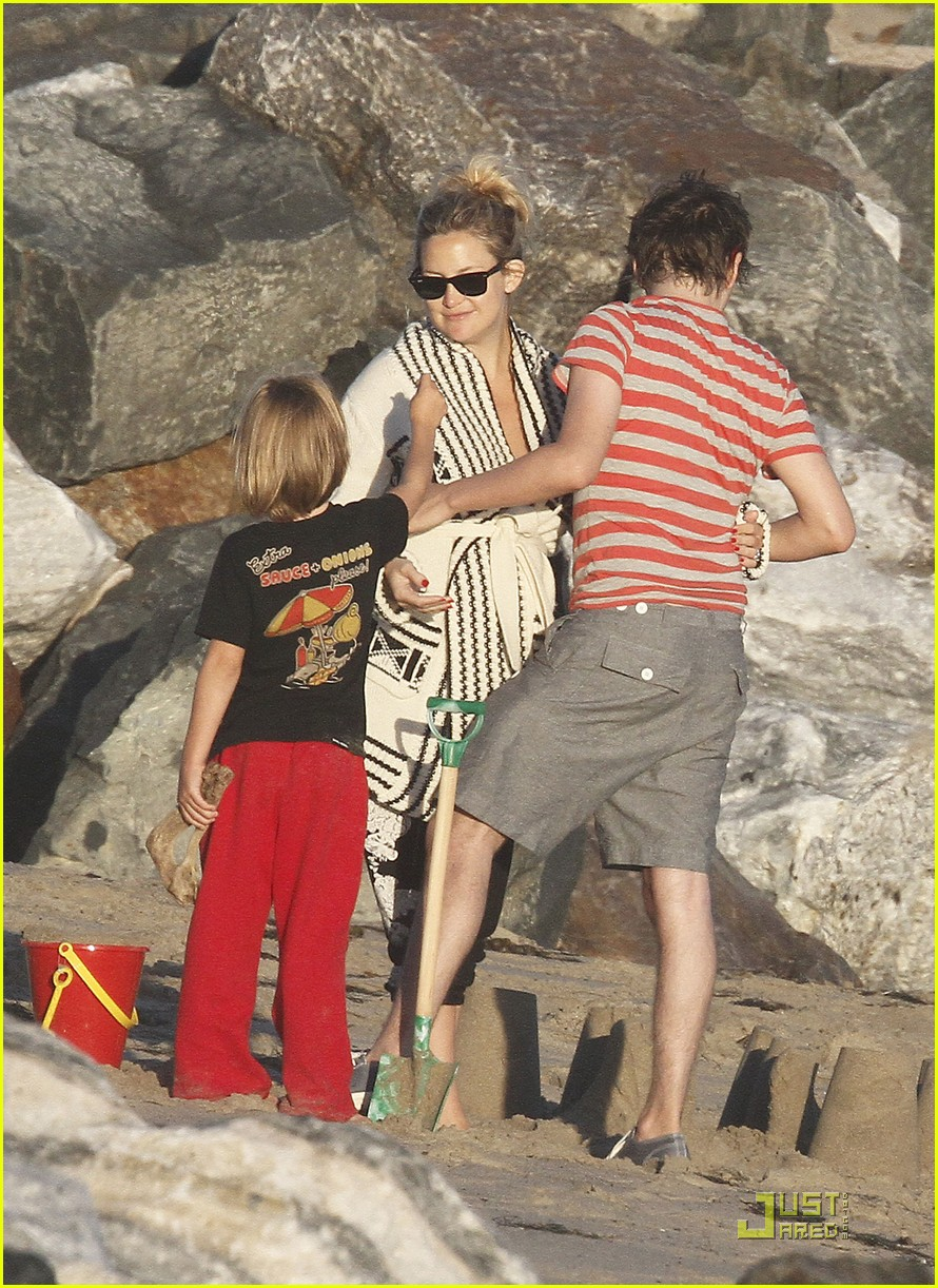 kate hudson matt bellamy beach 04