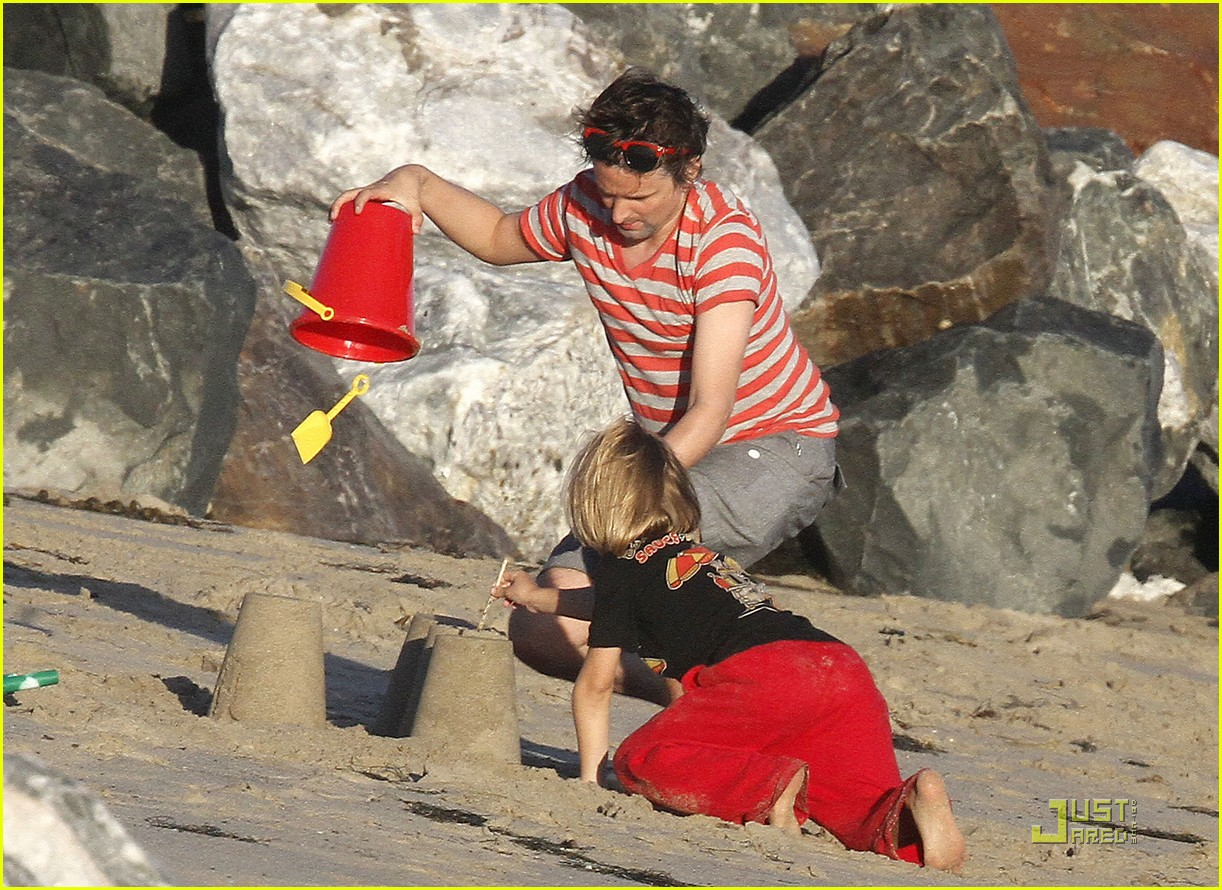 kate hudson matt bellamy beach 13
