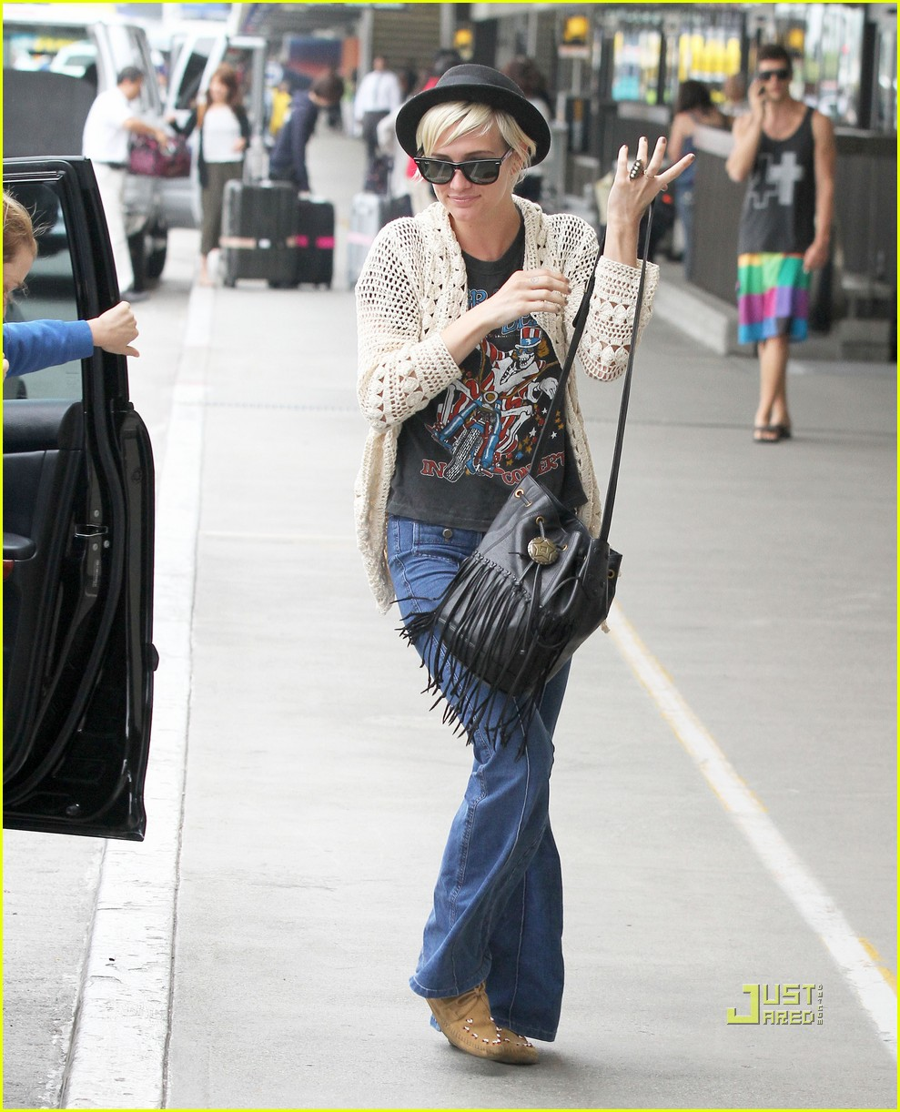 ashlee simpson lax airport 01