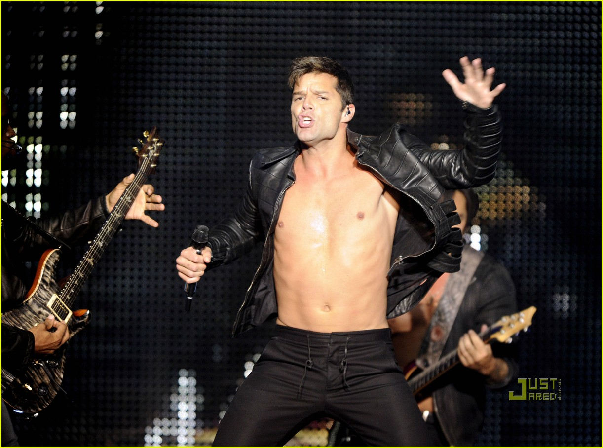 ricky martin shirtless concert amsterdam 02