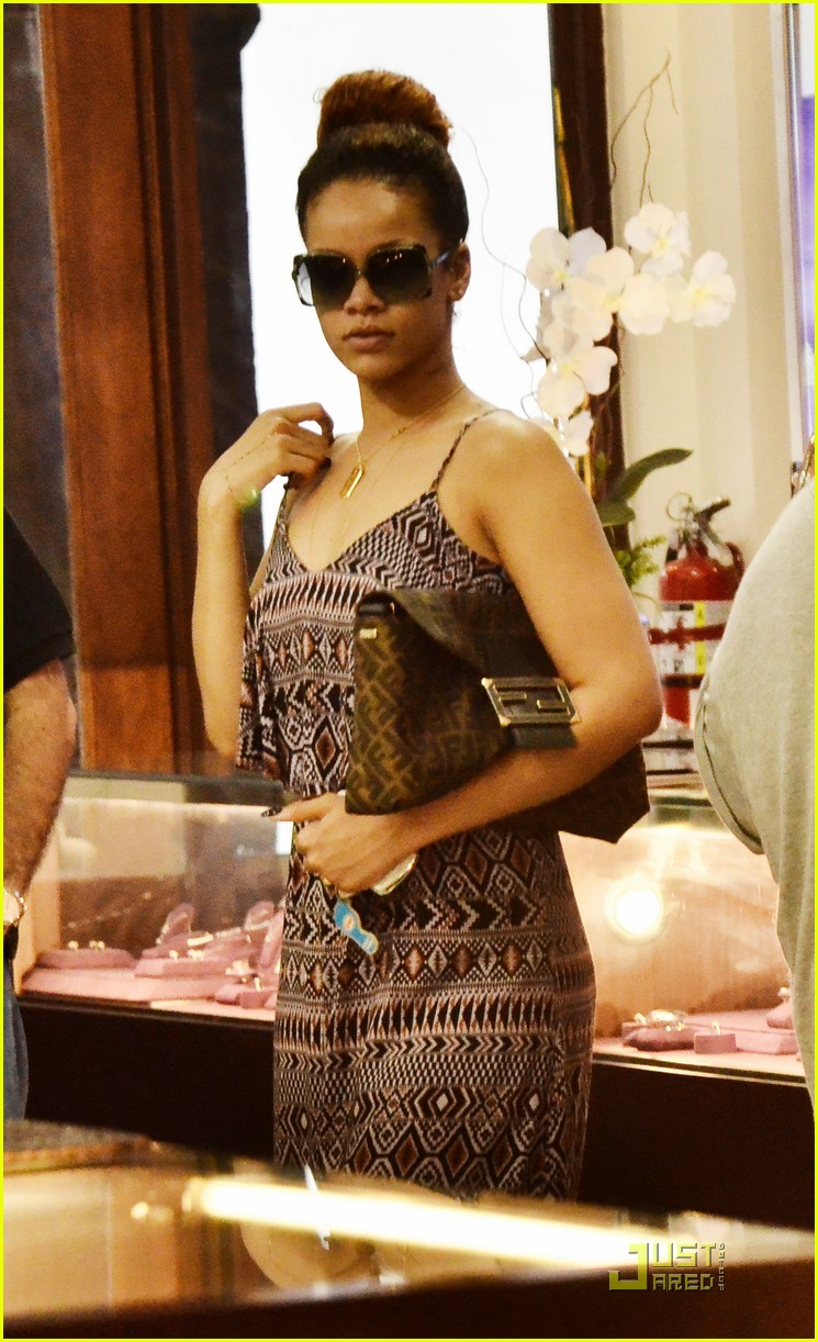 rihanna shops with family in barbados 02