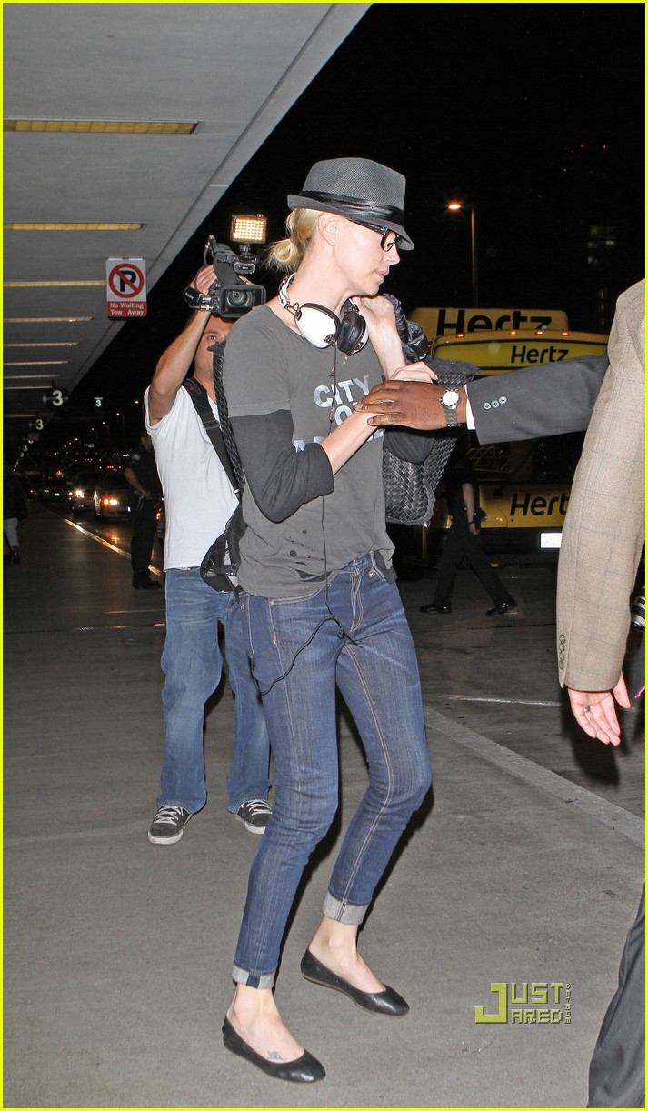 charlize theron ryan reynolds lax airport 03