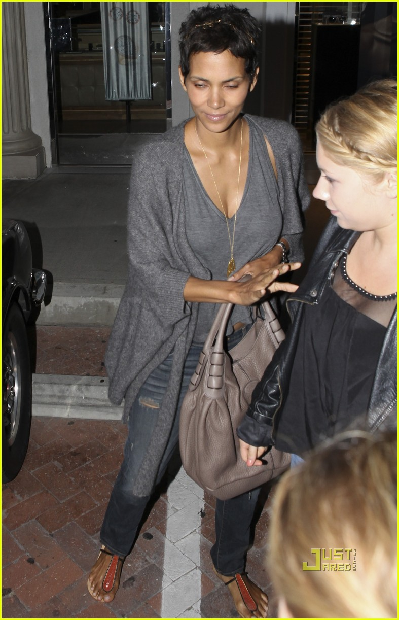 halle berry olivier martinez nobu dinner 06