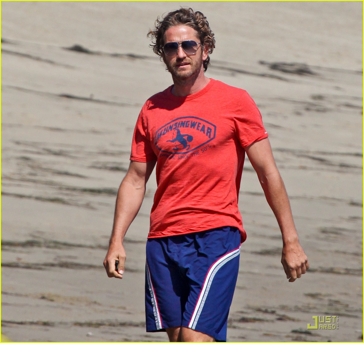 gerard butler strolls the beach with lolita 02