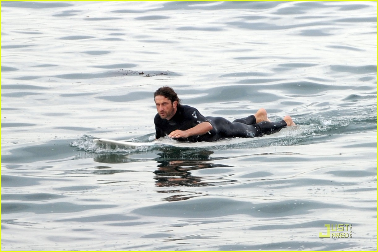 gerard butler surfing lessons shower 04