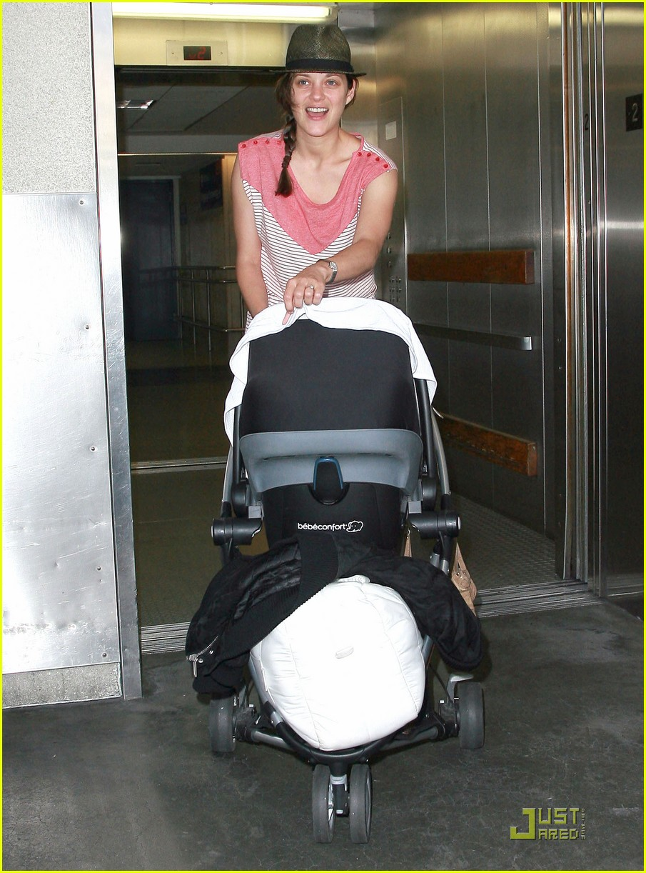 marion cotillard lax landing with guillame and marcel 012572169