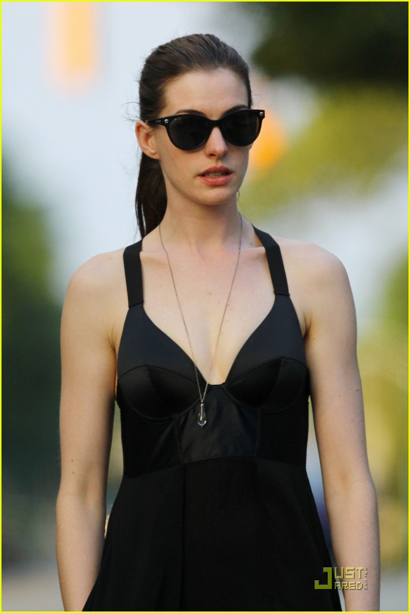 anne hathaway catwoman walks her dog 01