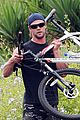 chris hemsworth biking santa monica 04