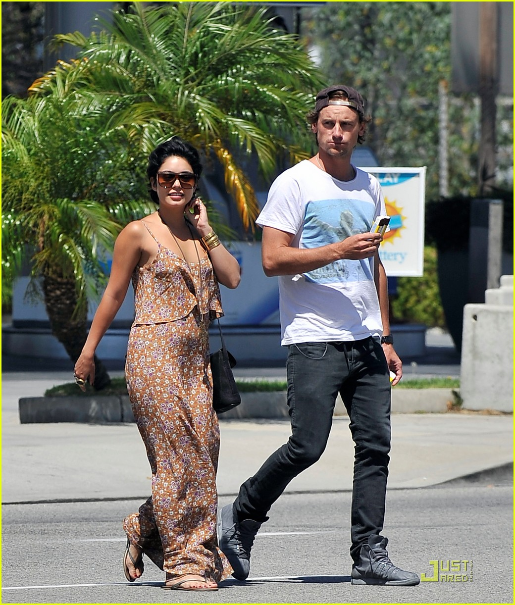 vanessa hudgens lunch with mystery man 01