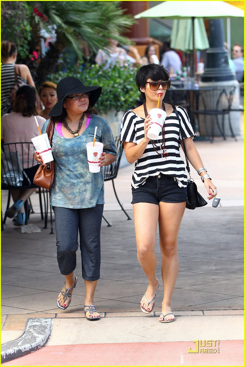 vanessa hudgens salon stop with mom 072573662