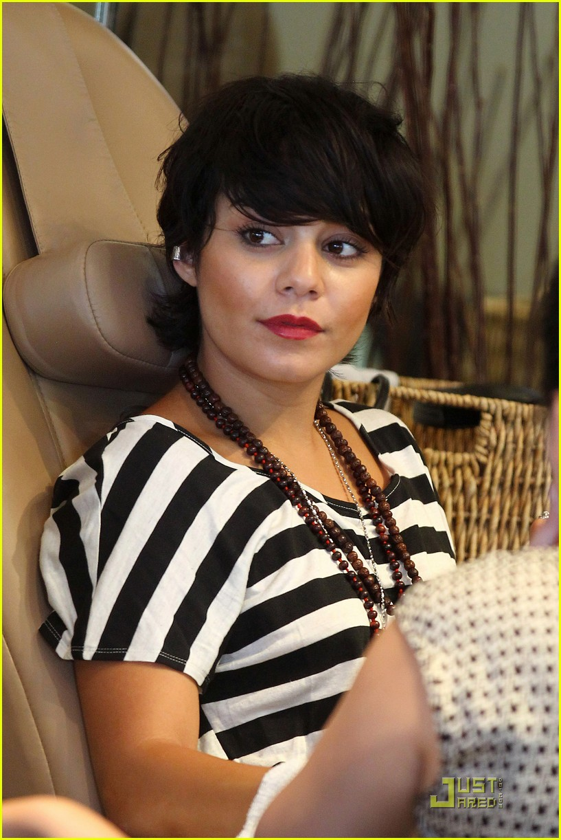 vanessa hudgens salon stop with mom 242573679