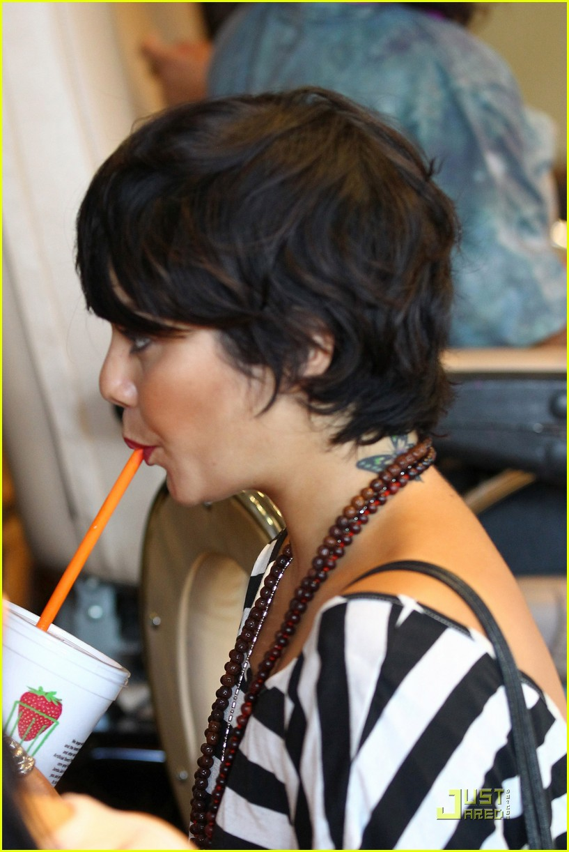 vanessa hudgens salon stop with mom 262573681