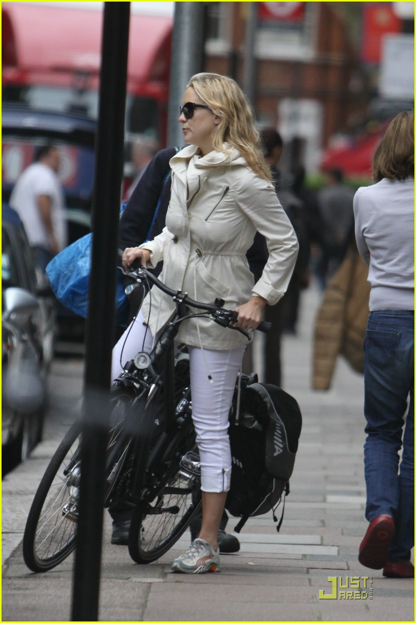kate hudson biking london 01