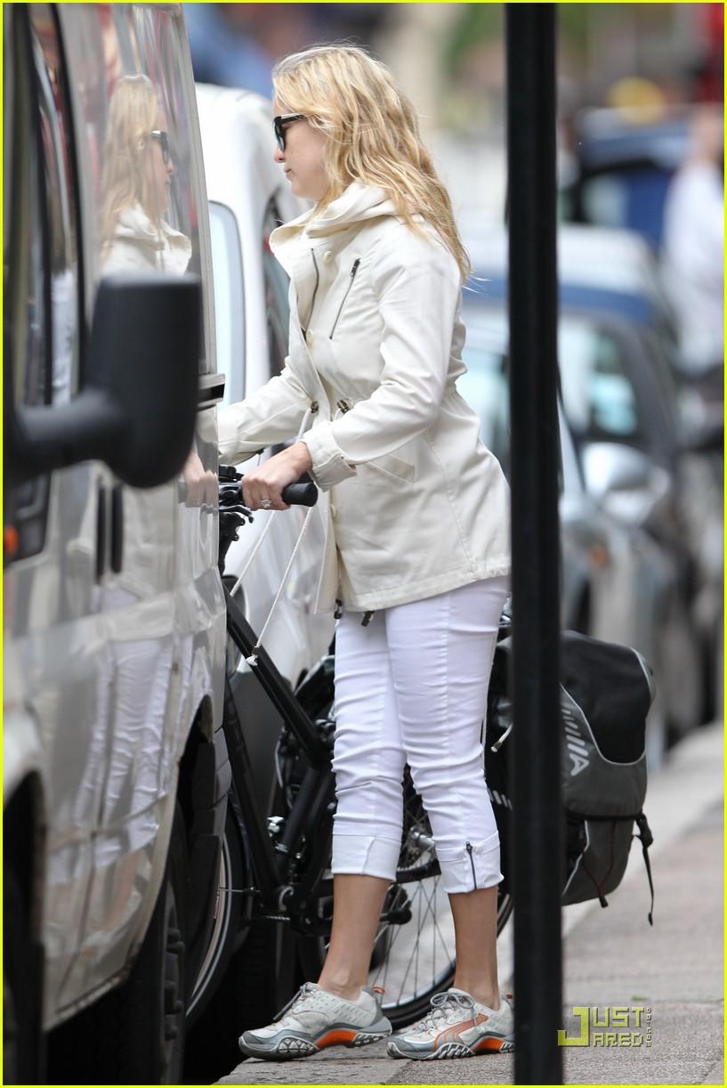 kate hudson biking london 10
