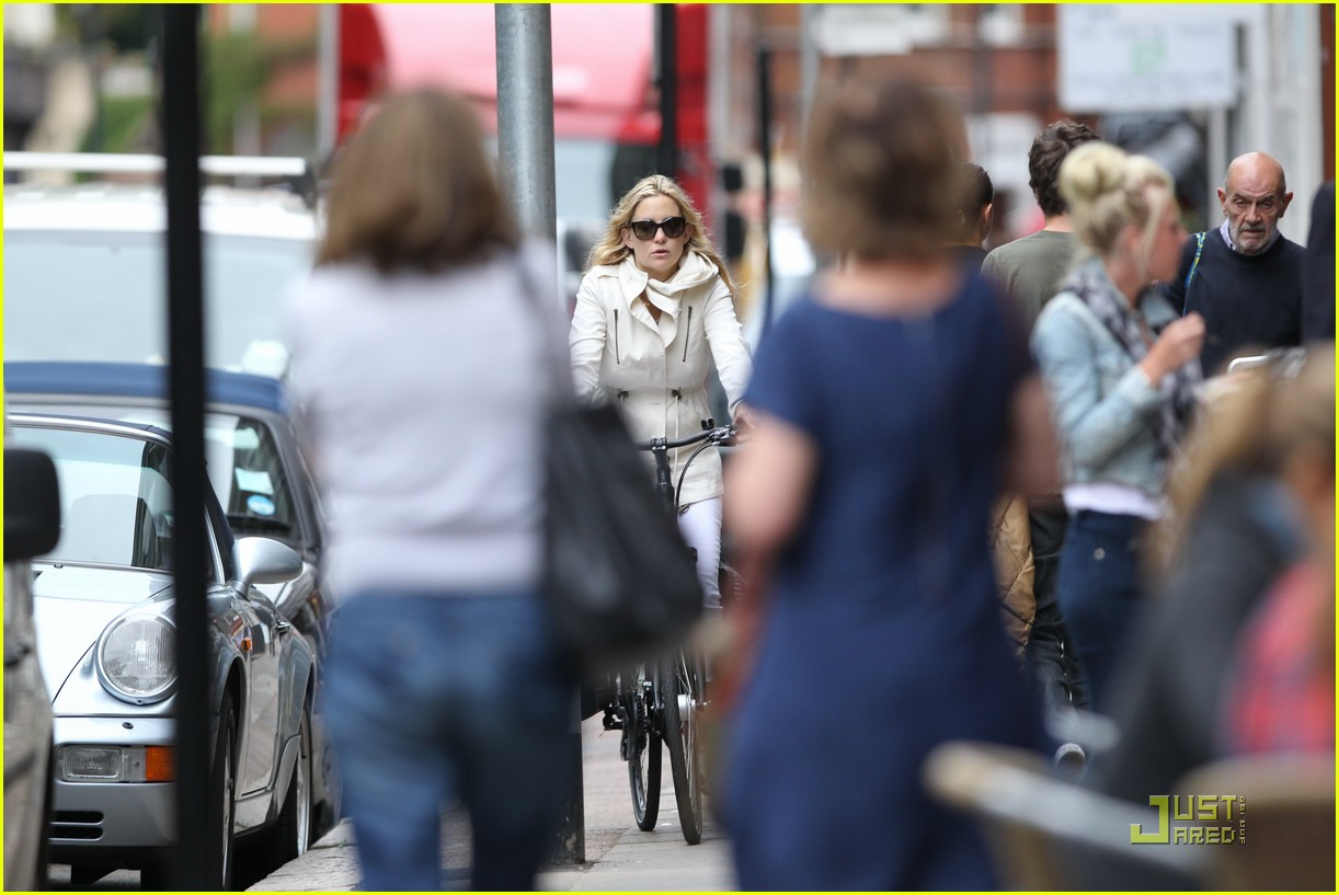 kate hudson biking london 12