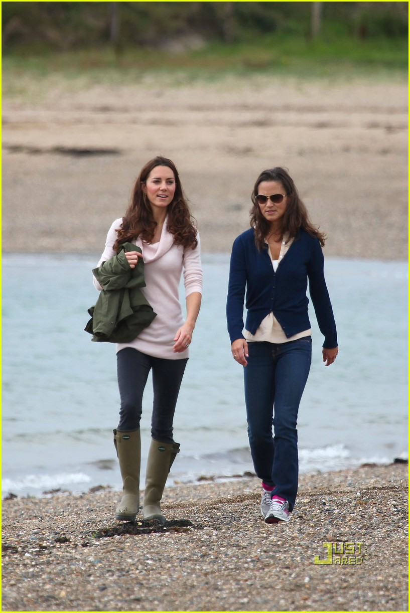pippa middleton duchess kate walk beach 05Pippa Middleton Beach