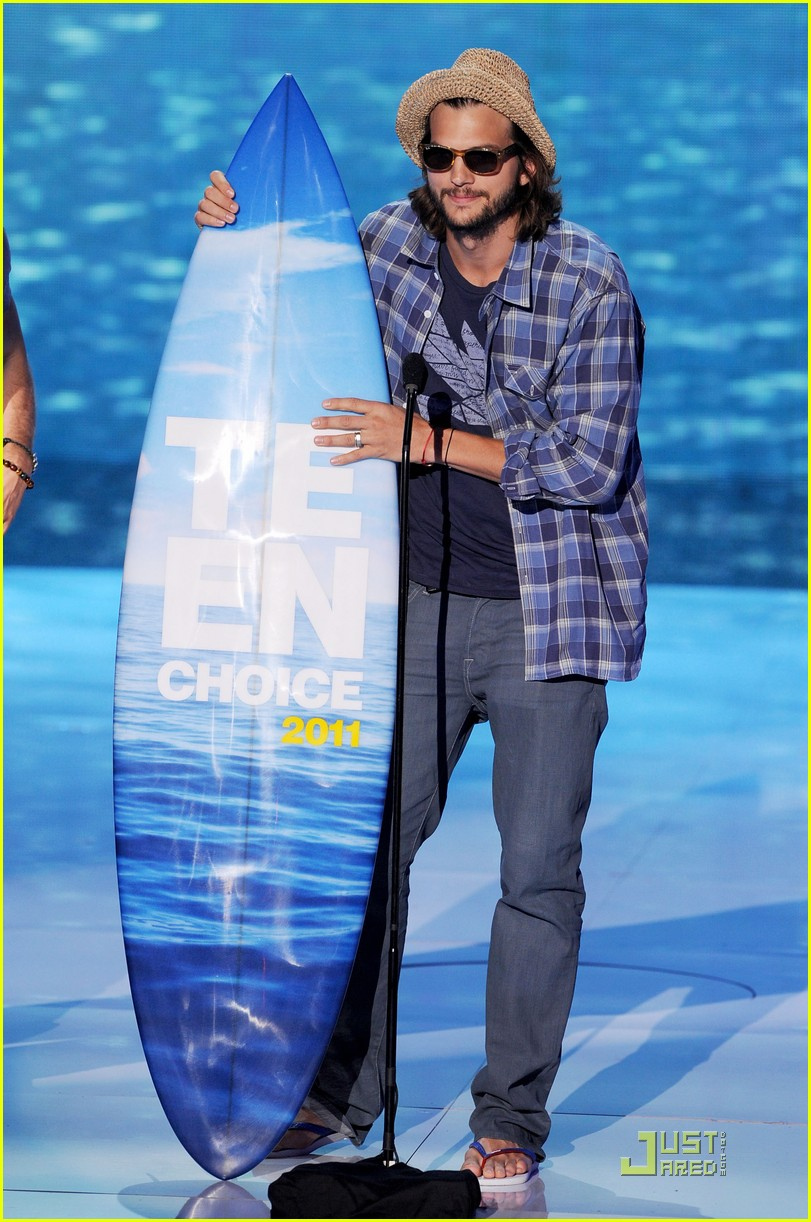 ashton kutcher sings teenage dream at teen choice awards 2011 01