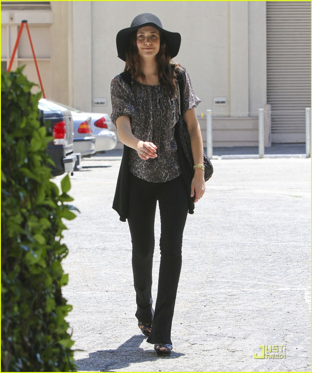 emmy rossum all smiles 01