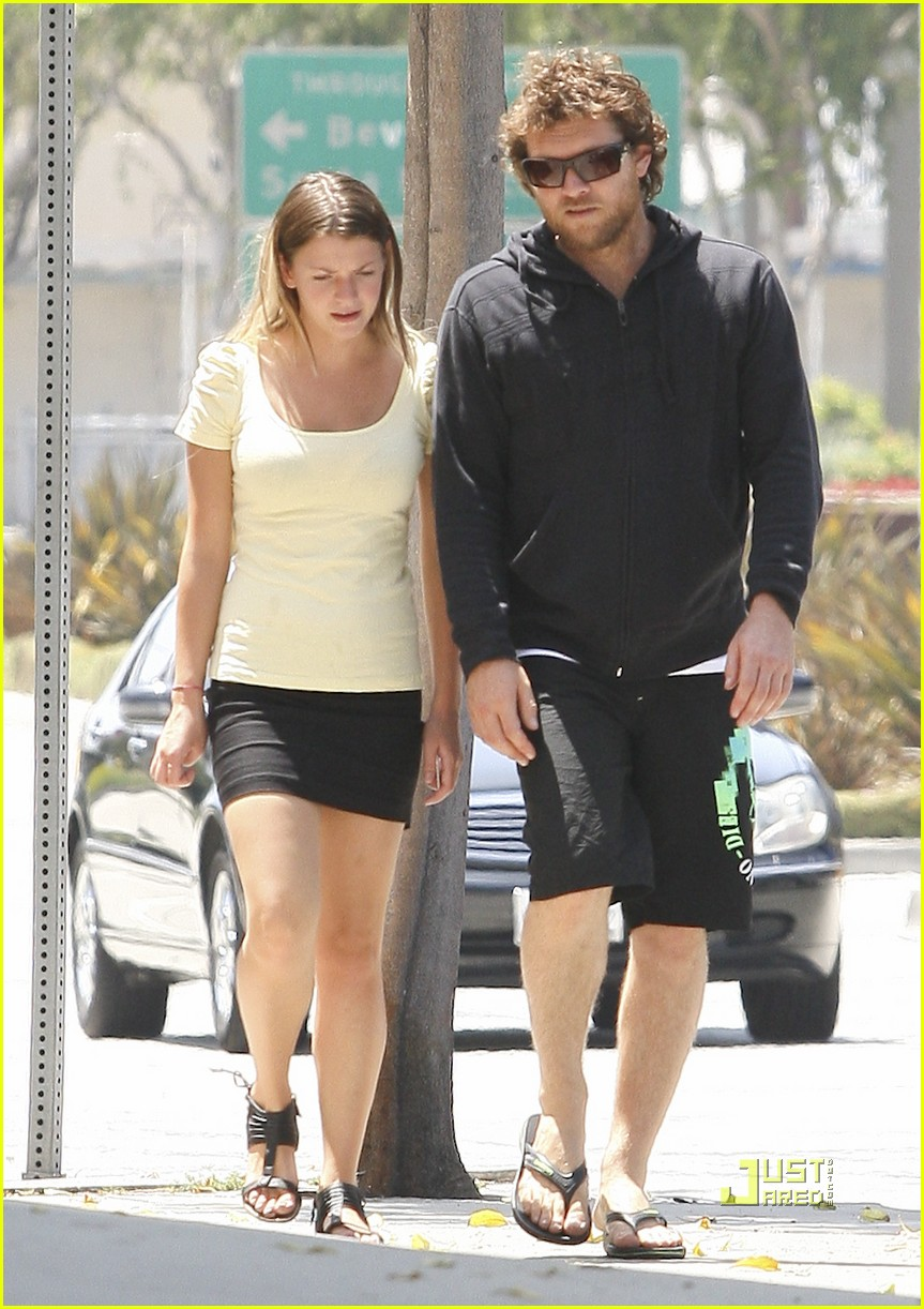 sam worthington girlfriend walk 05