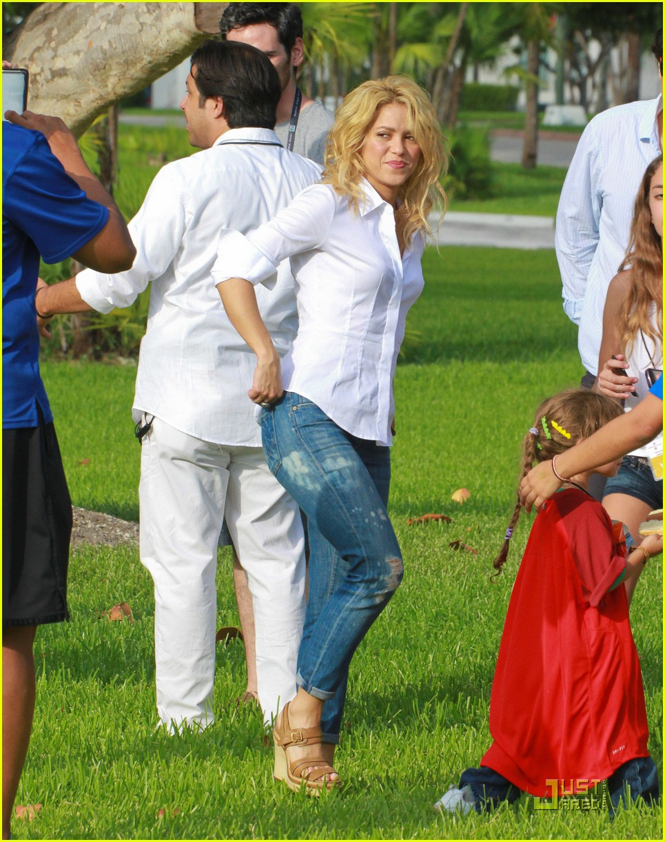 shakira barefoot foundation event with gerard pique 01