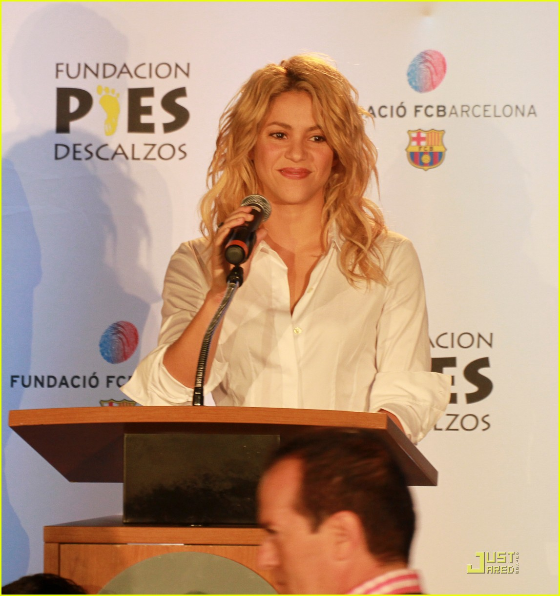 shakira barefoot foundation event with gerard pique 03