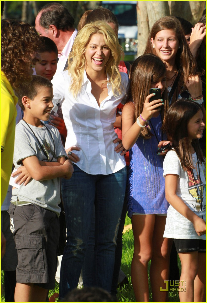 shakira barefoot foundation event with gerard pique 05