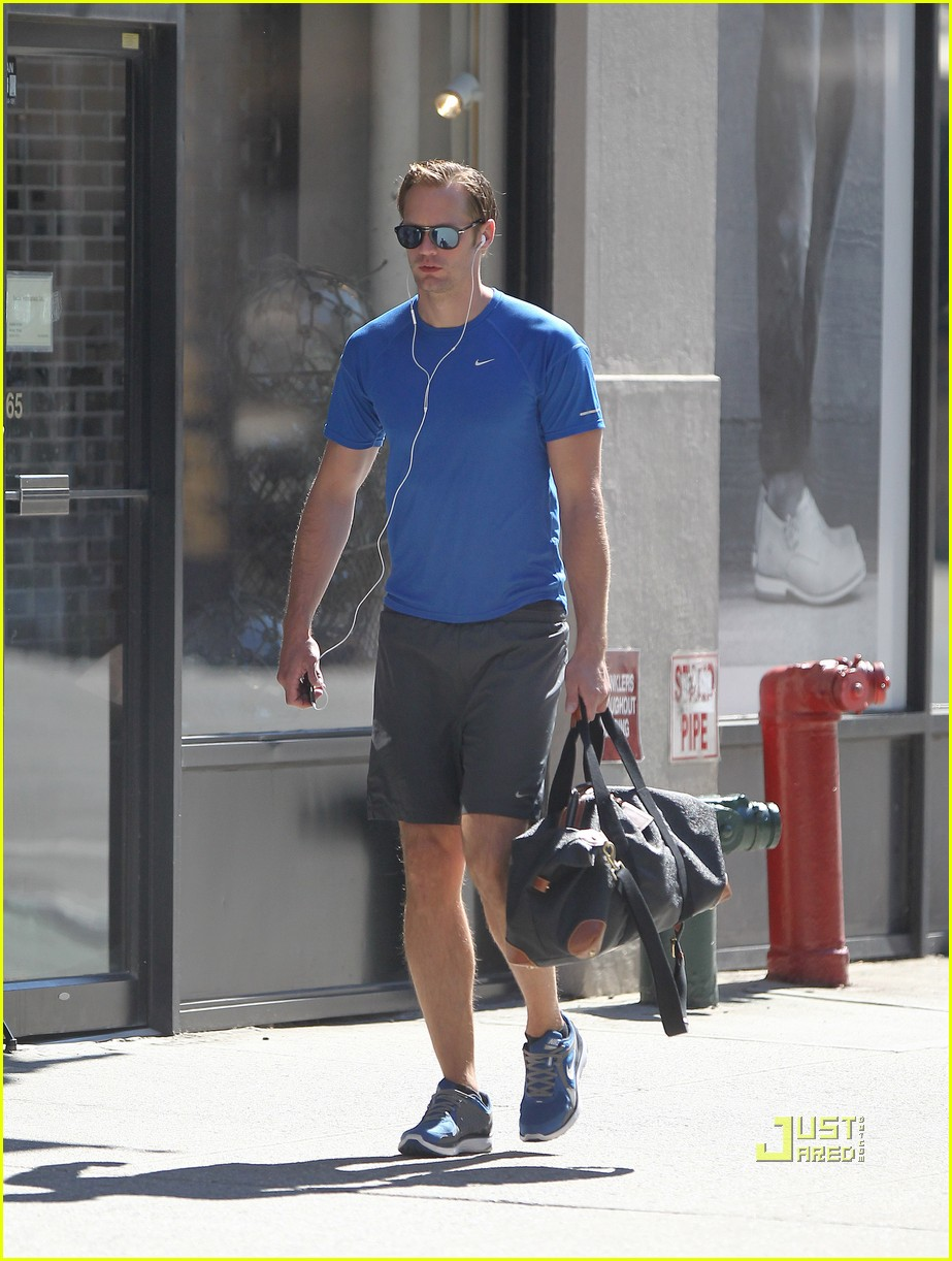 alexander skarsgard gym blue shirt 02