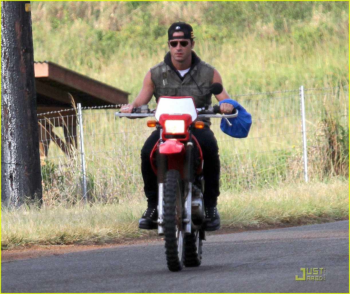 justin theroux rides without a helmet 012569665