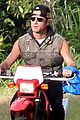 justin theroux rides without a helmet 04