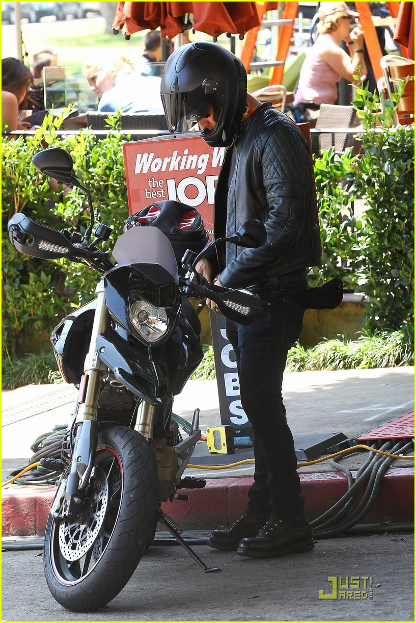 justin theroux motorcycle man 03